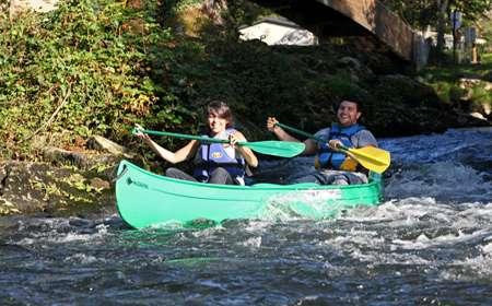 Pagayer et affronter les eaux en canoë